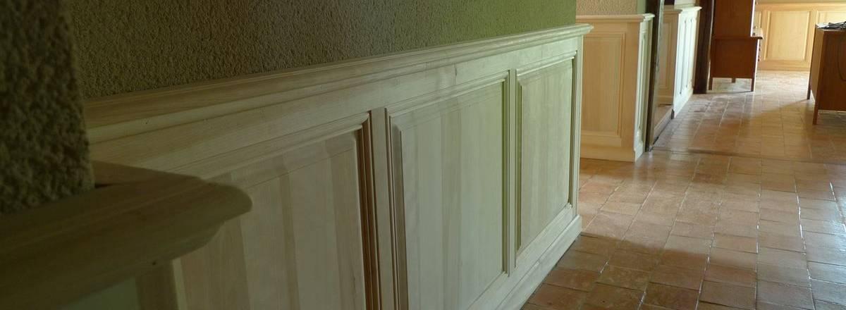 Agencement : habillage mural en bois naturel