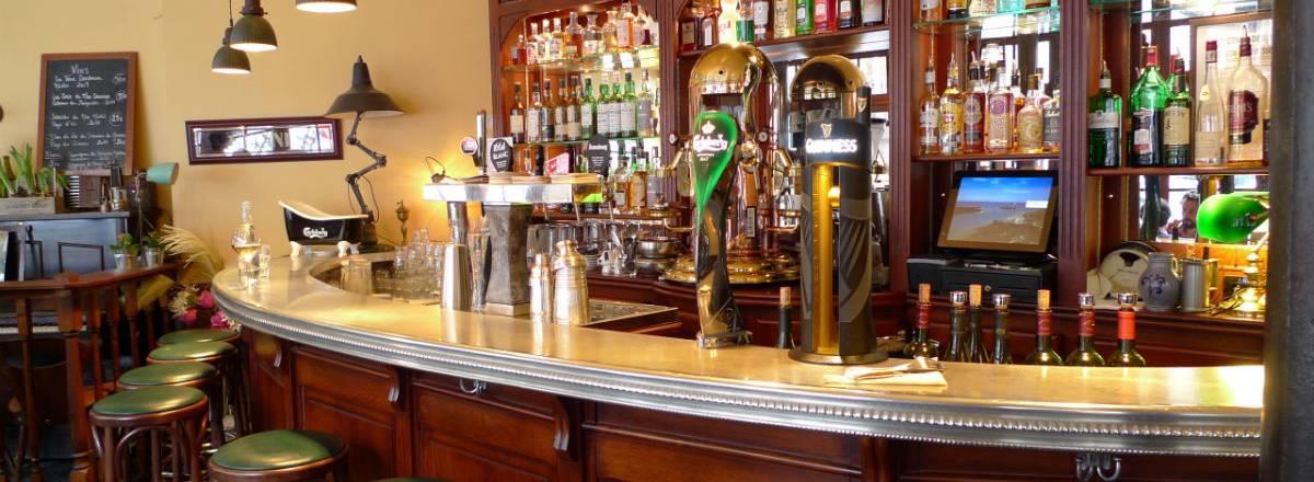 Vue d'ensemble du bar du restaurant le publisher