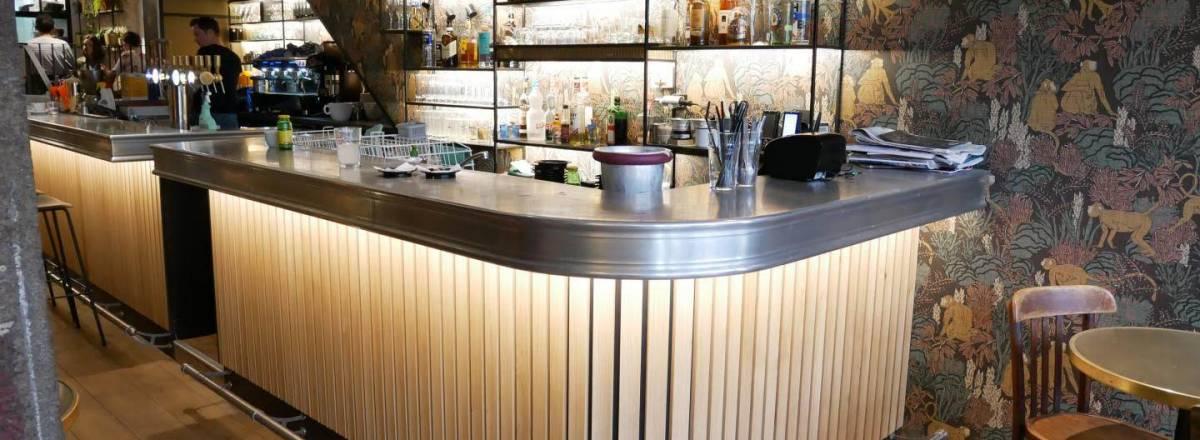 Bar de restaurant et comptoir en etain