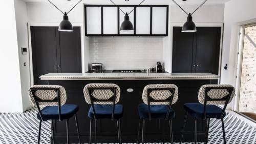Cuisine en bois noir et comptoir en etain