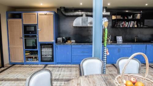 Cuisine en bois bleu, zinc véritable et métal noir