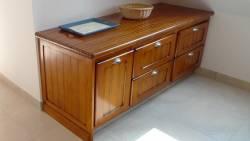 Meuble à tiroirs de la cuisine en bord de mer