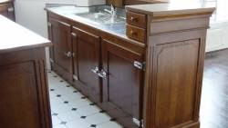 Vue intérieure d'une petite cuisine sur mesure pour un appartement