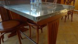 Table de restaurant en vieux zinc