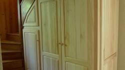 Agencement : meuble sous escalier en bois naturel