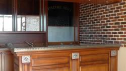 Le comptoir de service avec les décorations 1930