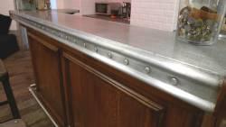Comptoir en zinc mouluré à décors de rivets
