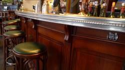 Façade du bar avec son comptoir en étain