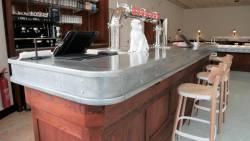 Le comptoir en zinc du bar