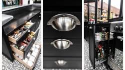 Cuisine en bois noir et bar en zinc