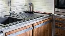 Cuisine vintage en bois roux, métal et zinc