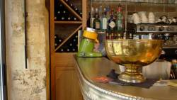 Le comptoir en étain du bar brocante