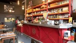 Le bar et son comptoir en zinc