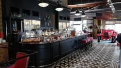 Le bar du restaurant avec son arrière