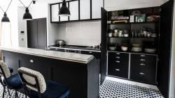 Cuisine en bois noir et ses 2 armoires
