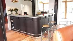 Cuisine avec bar en bois noir et comptoir en zinc véritable