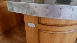 Le  comptoir zinc avec décor cloué
