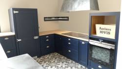 Cuisine en bois bleu et  comptoir en zinc véritable
